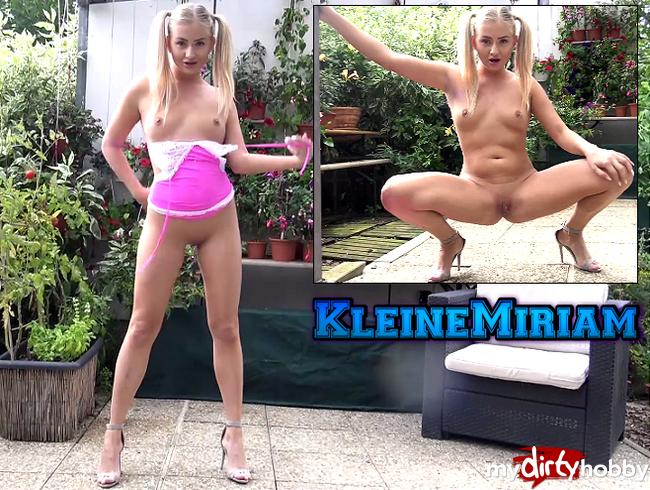 - Pinkes Minikleid und nichts drunter ;)