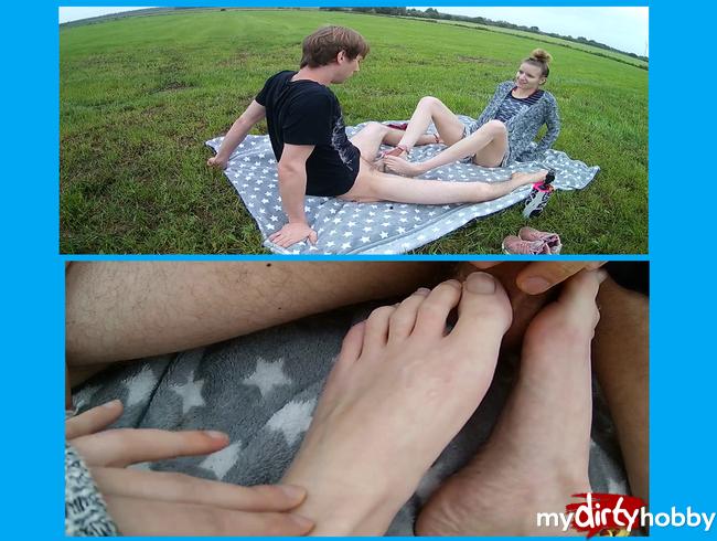 - Kurzer Outdoor-Footjob!