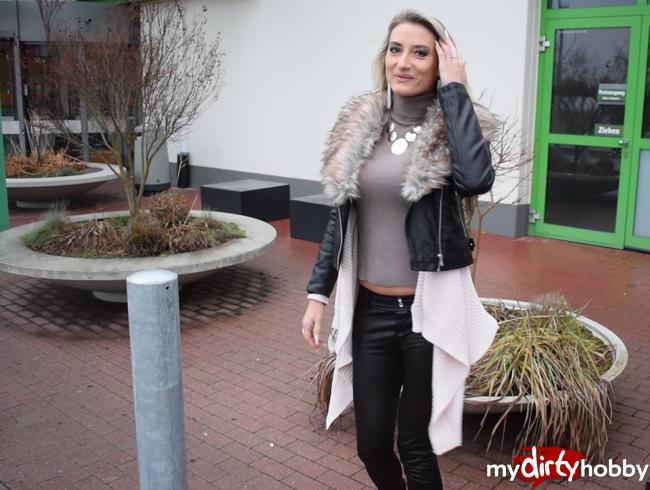 - NS vor dem Einkaufszentrum