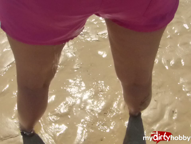 - Public Strand NS !! Auch am Strand muss Frau mal pinkeln ! Durch die Glanz Shorts & nackte Füsse im
