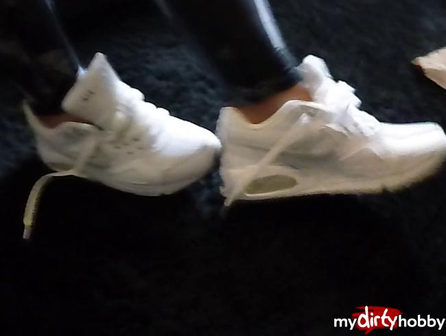 - Shoeplay mit meinen schneeweissen Sneakern / Turnschuhe / Sneaker / Füsse