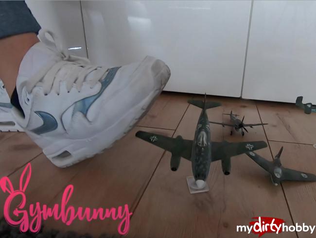 Gymbunny - Userwunsch selbstgebastelte Modellflieger zertreten